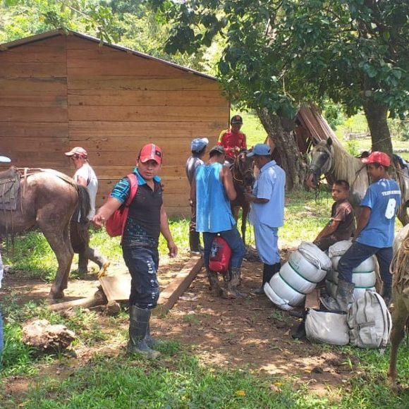 Continua la entrega de mosquiteros con (MTILD) en comunidad El Hormiguero
